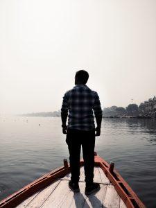 homme debout bateau