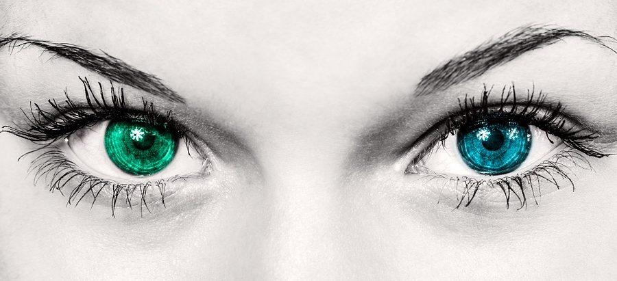 Se tracer les sourcils.